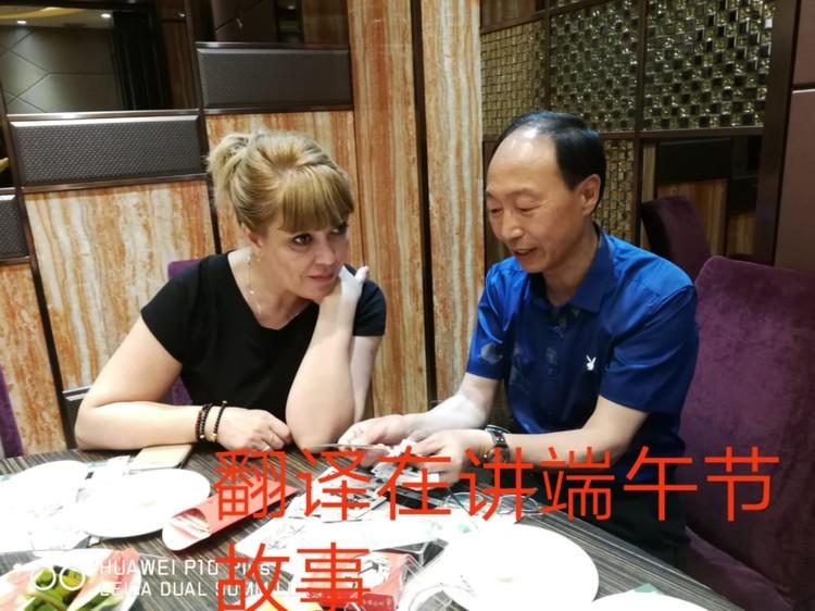 """С 2018-го года Юлии и ее родным помогает переводчик """"Саша"""", Сунь Цзоцян. Фото: архив семьи."""