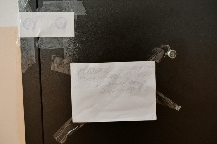 Сейчас квартира опечатана, мать погибшей девушки дает показания
