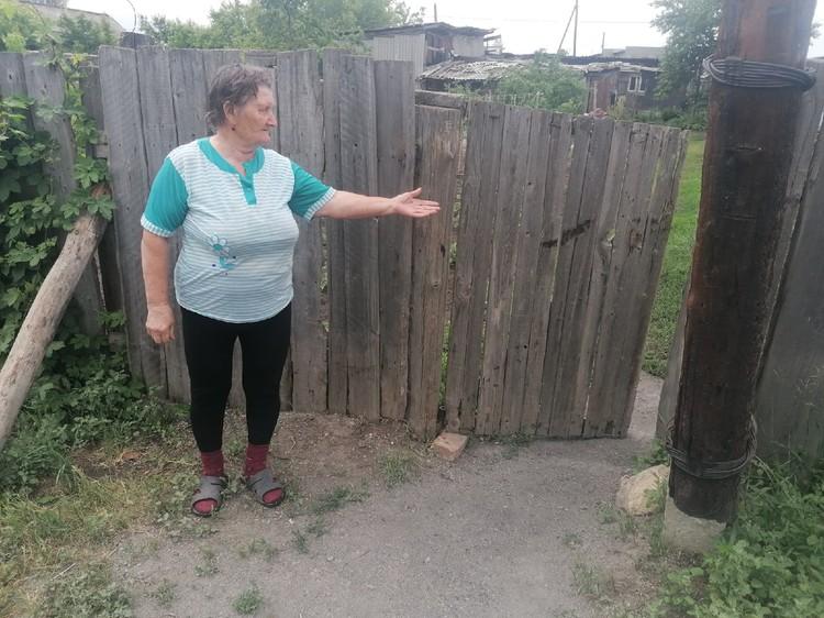 Через эту калитку к соседке смогла добраться раненая мать девочки.