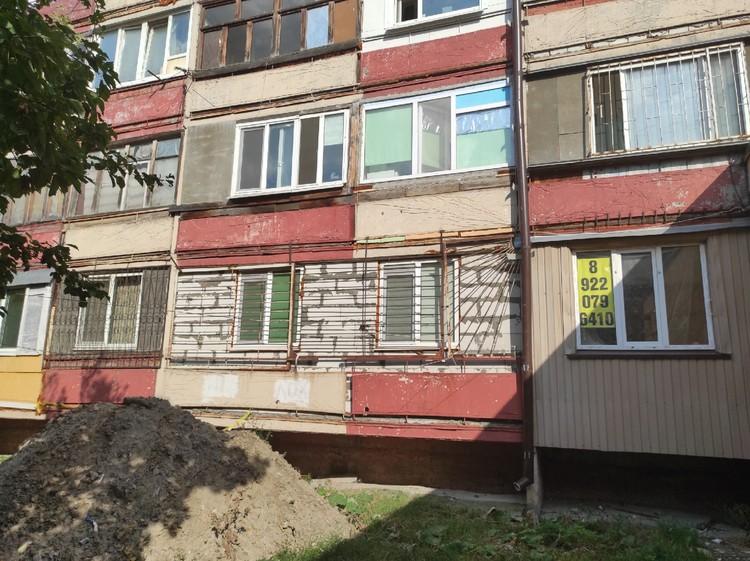 Окно дома, где жил предполагаемый преступник (где телефон)