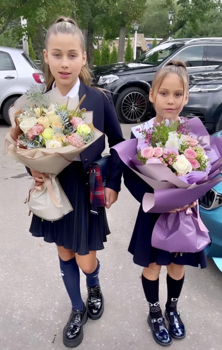 Ариела и Лея на школьной линейке.