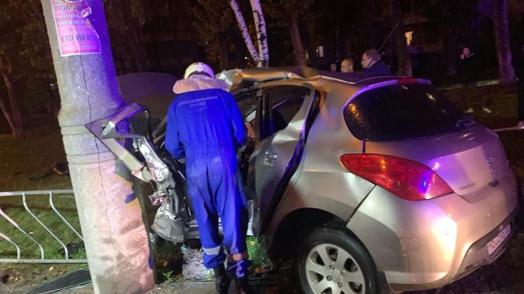 Автомобилистку доставали из машины спасатели / Фото: ПСО Самары