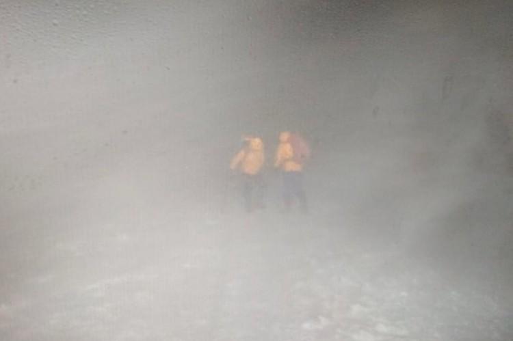 Видимость у вершины Эльбруса крайне низкая. Температура минус 20 градусов. Фото: 07.mchs.gov.ru