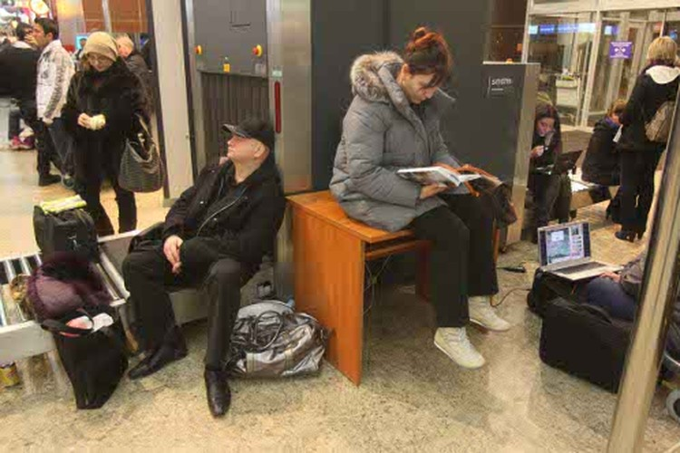 Пассажиры коротали время, как могли