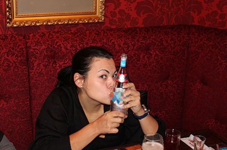 Ирина красуется с бутылкой водки. Фото с сайта www.burinfo.org/news/levangovskaya_kompro.