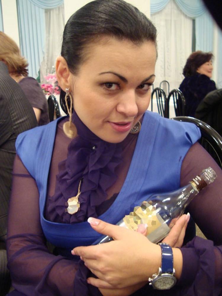 30-летняя служительница Фемиды красуется с водкой. Фото с сайта www.burinfo.org/news/levangovskaya_kompro.