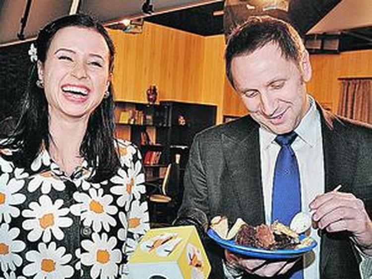 Именинница Мирослава Карпович накормила сладостями всю съемочную группу, а заодно и босса СТС Вячеслава Муругова.