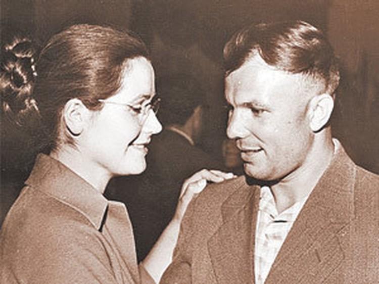 Юрий Гагарин с женой Валентиной Ивановной