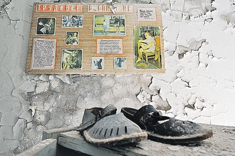 Предполагается, что в Припяти все осталось так, как было брошено во время эвакуации. На самом деле это не совсем правда. Особо трогательные места здесь чуточку улучшены неизвестным художником.