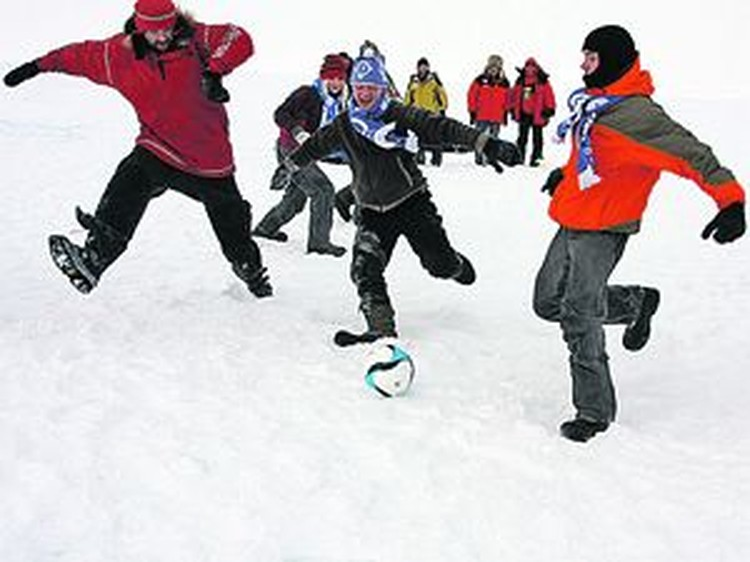 Матч на вершине планеты завершился в пользу детей. Собственно как и экспедиция (крайний слева - руководитель арктического похода Матвей Шпаро).