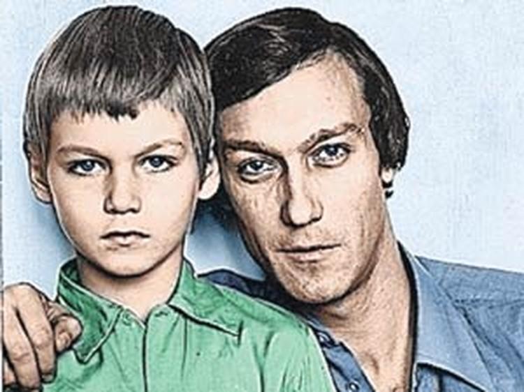 Когда Филипп был маленьким, он очень любил какао с пончиками. И папа мог достать их ему хоть из-под земли.