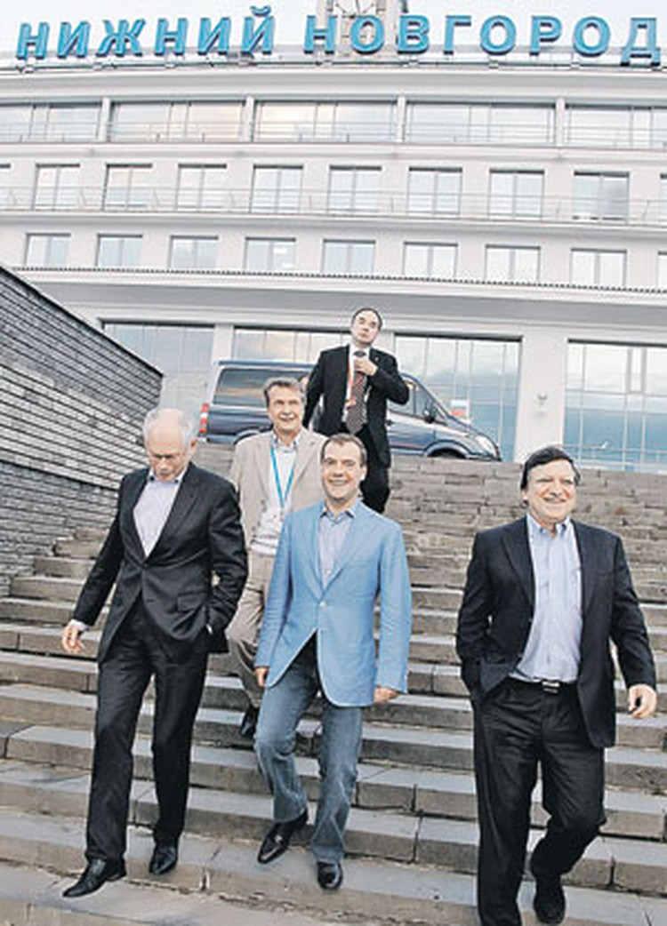 Дмитрий Медведев покатал своих гостей из ЕС на теплоходе по Волге. Но его гостеприимство не отразилось на позиции России на переговорах.