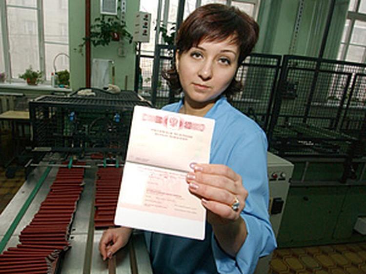 Менять старые российские паспорта на новые не нужно.