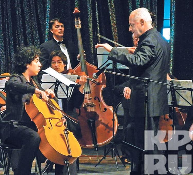 Спиваков подарил Искандеру Ханнанову виолончель «на вырост»