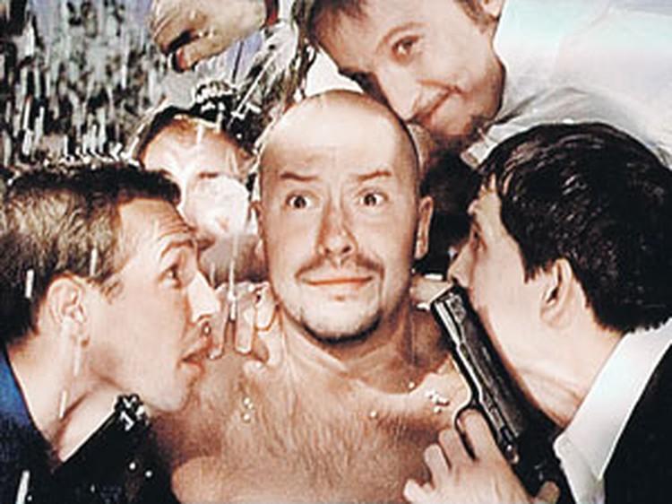 Как молоды мы были... Кадр из фильма: Бондарчук (в центре) и нависающий над ним Охлобыстин образца 1999 года