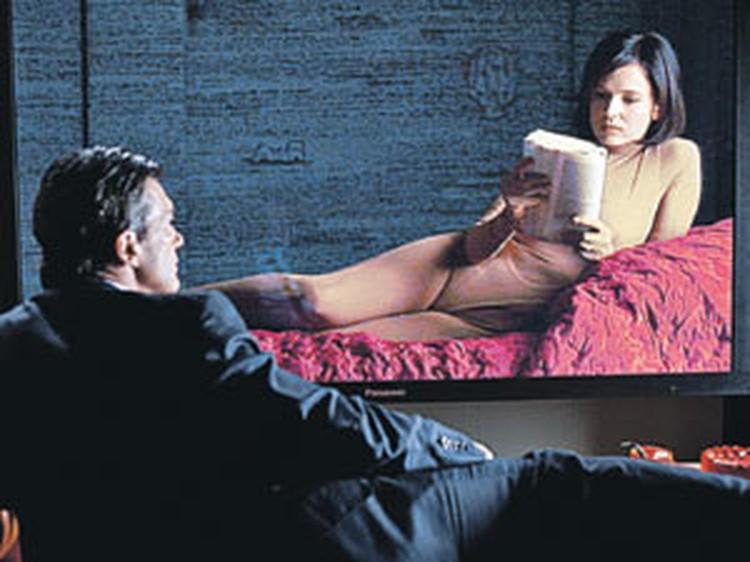 Сыгранный Антонио Бандерасом в «Коже, в которой я живу» хирург превращает молодого человека в девушку, а потом в нее влюбляется.