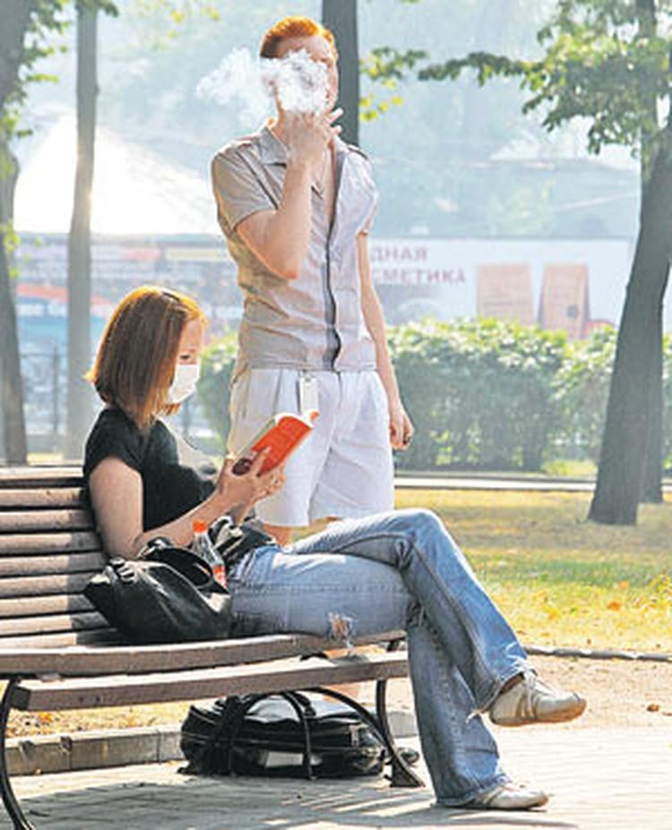 В Минздраве хотят заставить россиян бросить курить. Хотя бы в тех местах, где они своим дымом мешают другим. В итоге смолить для многих станет дорого и некомфортно.