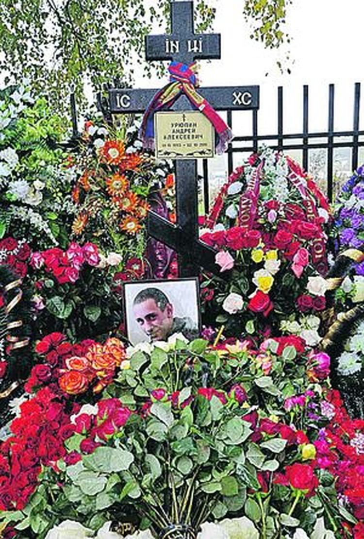 На могиле Андрея оставили свои шарфики не только болельщики ЦСКА, но и фанаты ненавистного им «Спартака».