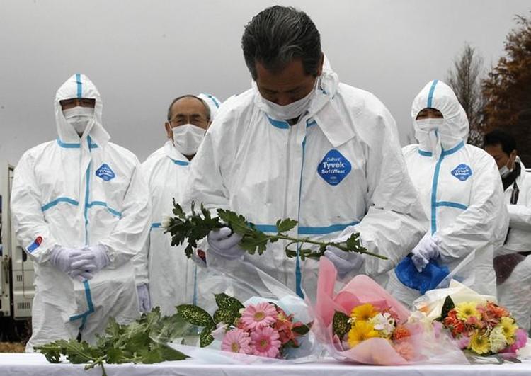 Цветы у подножия атомной станции - в честь героев-пожарных.