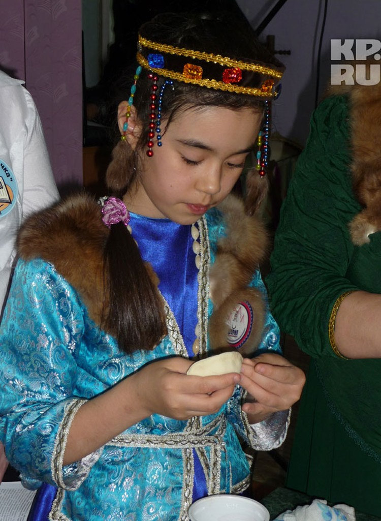 Эта 9-летняя девочка, Зарина, стряпает шорские пельмени быстрее всех.
