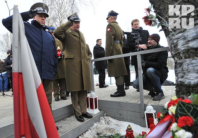 Военнослужащие войска польского возложили цветы к поминальному камню