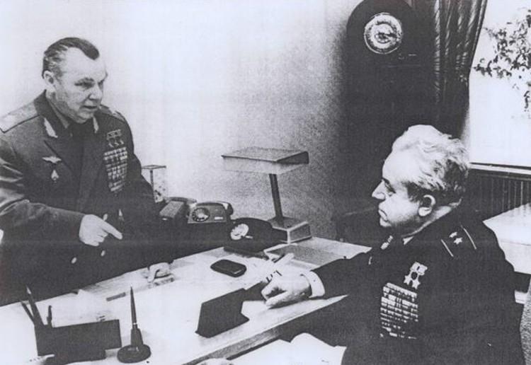 На снимке 80-х годов Виталий Попков с легендарным лечиком-истребителем, трижды Героем Советского Союза маршалом авиации Иваном Кожедубом.