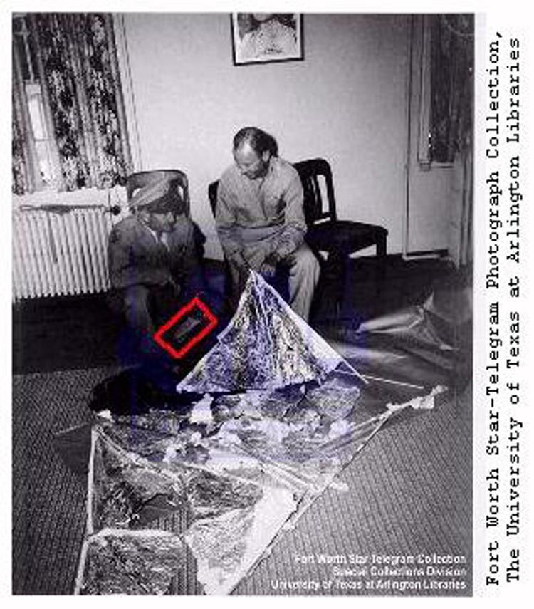 Генерал Рэмей (слева) и начальник его штаба полковник Томас Дюбоуз с обломками метеозонда. В руке генерала телеграмма