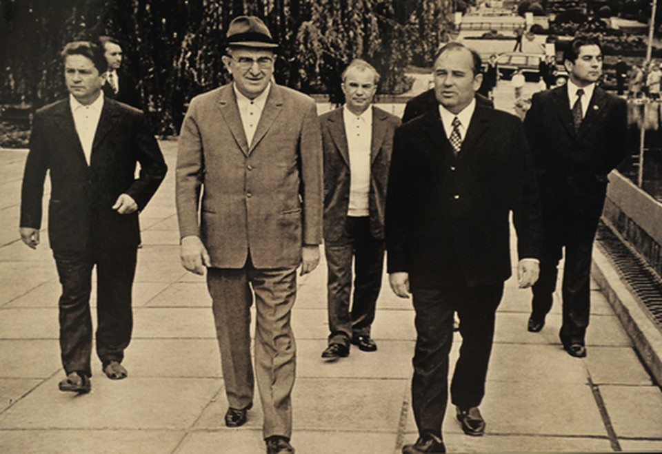На переднем плане Юрий Андропов (слева) и Михаил Горбачев. Пересъемка фотографии с выставки, посвященной 130-летию ФСО