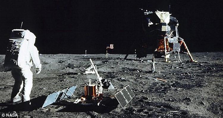 Армстронг смотрит на флаг. И не соображает, что тот стоит слишком быстро к стартовому столу. И что его может сдуть во время старта
