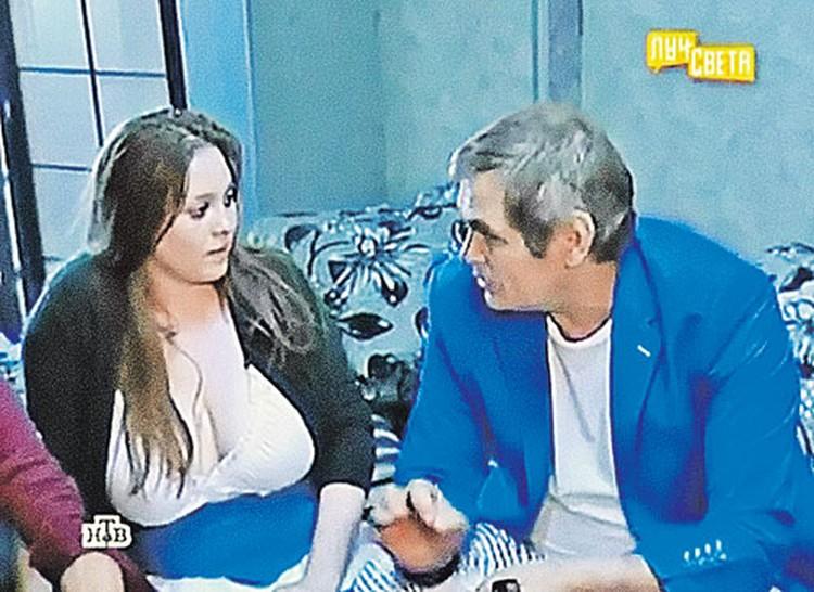 А сейчас шикарным декольте Курицына смущает не только телезрителей, но и знаменитостей (на фото с Бари Алибасовым).