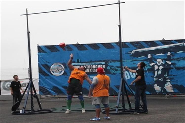 Спортсмены старались перебросить 25 килограммовую гирю через планку расположенную на 5 метровой высоте