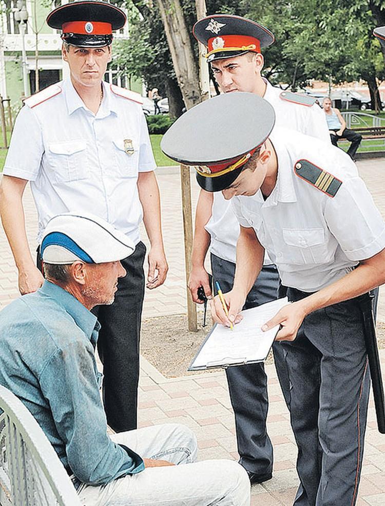 Казак в патруле (на фото слева) «вооружен» только жетоном. А полицейские (справа) - и рацией, и дубинкой... И проверять документы имеют право только полицейские.