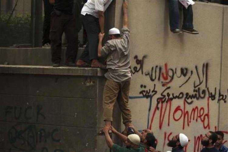 Митингующие штурмуют американское посольство в Каире
