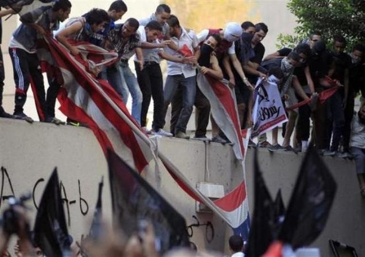 Несколько самых отчаянных египтян забрались на крышу здания и стащили флаг США