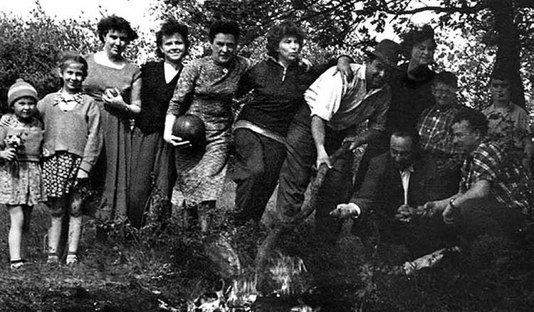 На отдыхе с друзьями в предгорьях Ставрополья. 1960-е. (См. еще фото из личного архива Михаила Горбачева.)
