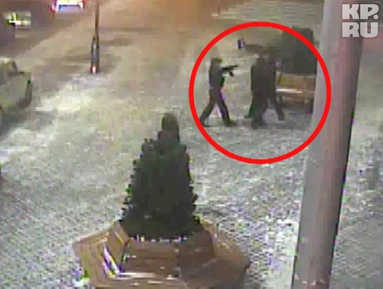 ...его догоняет охранник «Гринвича», которого воришки запугивают автоматом Калашникова и уезжают.