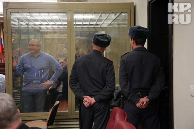 Владимир Запорожец уже которое заседание жалуется на высокую температуру и боли в сердце