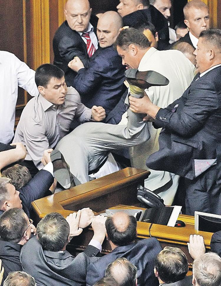 Депутатам Рады не до законотворчества - здесь политические дебаты часто заканчиваются мордобоем.