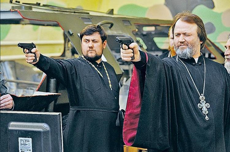 Вообще-то священникам не полагается боевое оружие. Нокак сним обращаться, армейские батюшки должны знать. Так, на всякий случай...