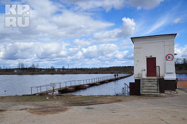 Населенный пункт Раменский находится рядом с каналом имени Москвы. Но автомобильная дорога, по которой можно было бы добраться до деревни, проходит с другой стороны водной артерии. Единственная связь — старый паром около поселка Мельдино. Правда, он работ