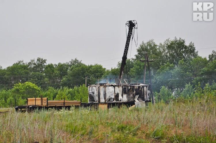 Разрушенный лагерь геологов: дымящиеся буровые вышки...