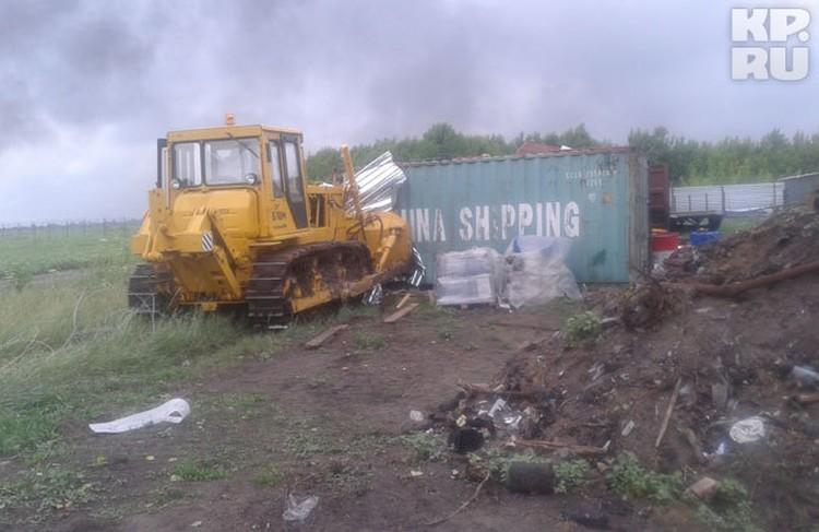 Почуяв угрозу, один из геологов подогнал трактор к воротам, чтобы их не вынесли.