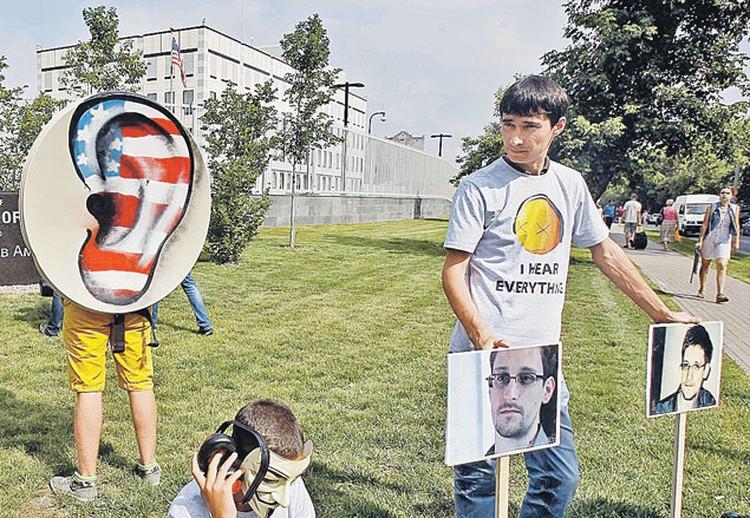 Продвинутая молодежь в разных частях света уже протестует против прослушки Большого Брата. Сноуден для них - лидер информационного сопротивления.