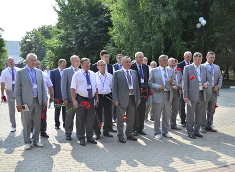 Почетные гости возложили цветы к памятникам героям Великой Отечественной войны.