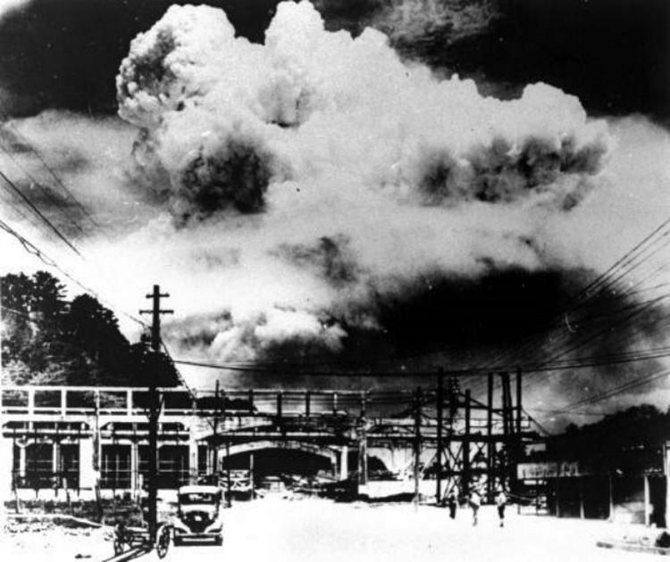 Этот снимок был сделан через 20 минут после того, как бомбардировщик США сбросил на город атомную бомбу