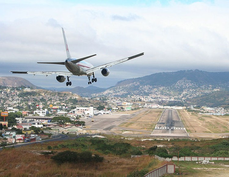 Международный аэропорт Тонконтин считается одним из самых опасных в мире.
