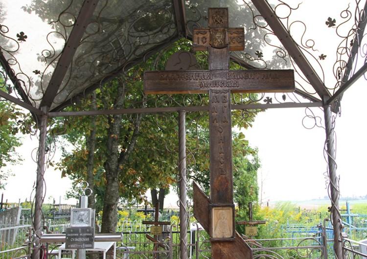 Рядом с могилой Валентины высокий деревянный крест