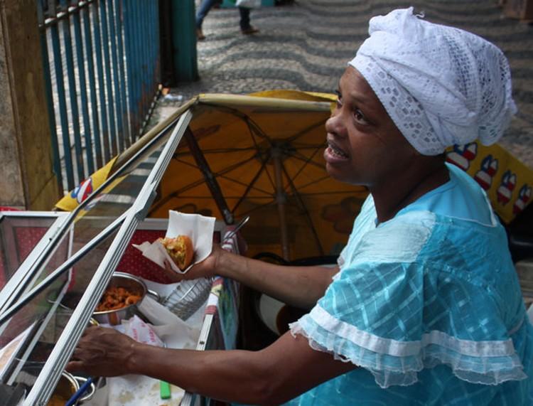 Вместо хот-догов на улице продают акараже и ватапа.