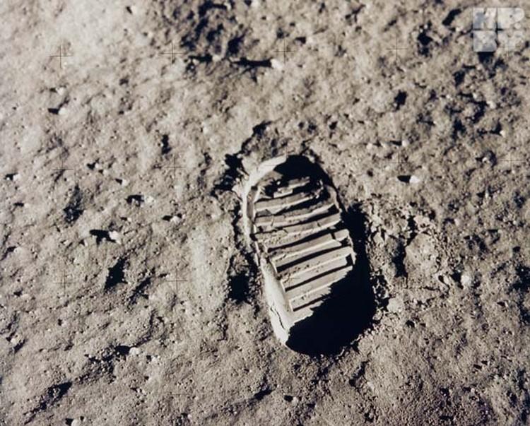 Тот самый знаменитый отпечаток ноги астронавта. Режиссер Юрий Елхов считает, что Армстронг сделал его в павильоне на цементе, а не на Луне.