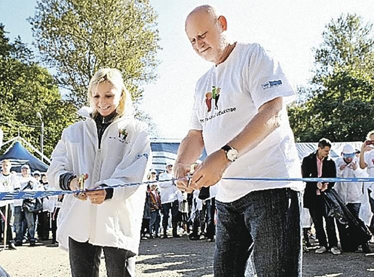 Елена Бережная и Исаак Шепс торжественно открыли площадку с новыми контейнерами для раздельного сбора мусора.
